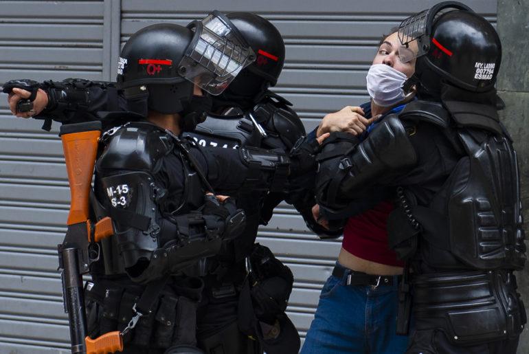 policia antidisturbios esmad ataca mujer joven